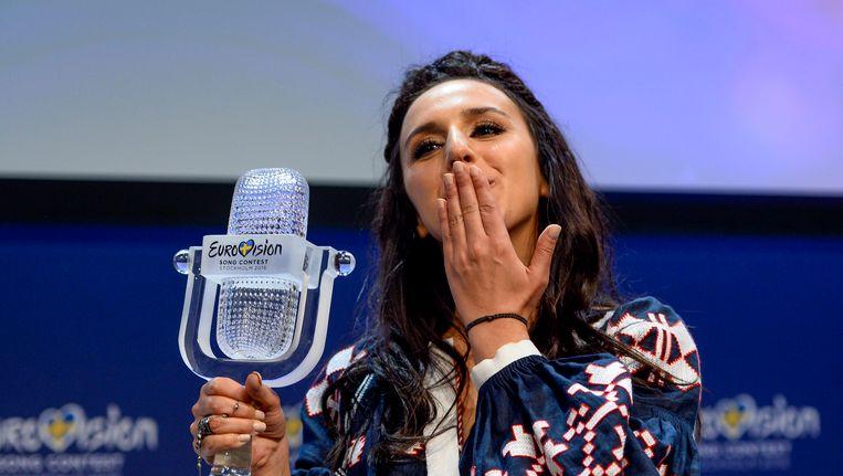 De Oekraïense winnares Jamala met haar trofee.
