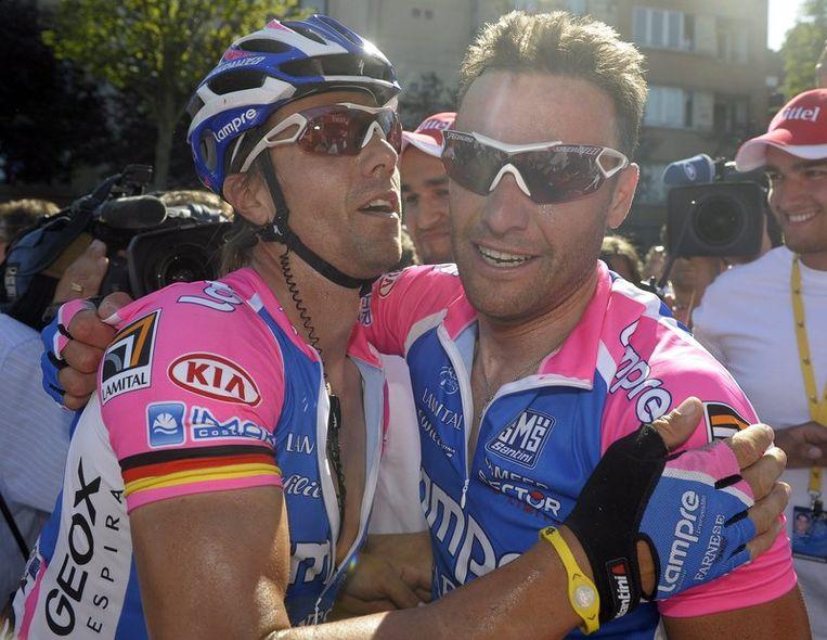 Danilo Hondo valt zijn winnende ploegmakker in de armen. Beeld UNKNOWN