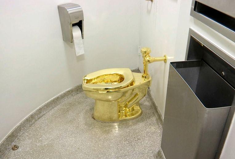 De wc 'America' zoals het kunstwerk stond opgesteld in het Guggenheim Museum in New York.  Beeld null