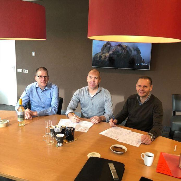 Willem Aarts (midden), geflankeerd door penningmeester Peter Jacobs (rechts) en Peter Bekkers van de seniorencommissie van DOSL.