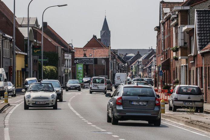 De Kortrijkstraat in Wevelgem. Wat verderop, aan de rotonde van de afrit van de E403, vond de botsing plaats.