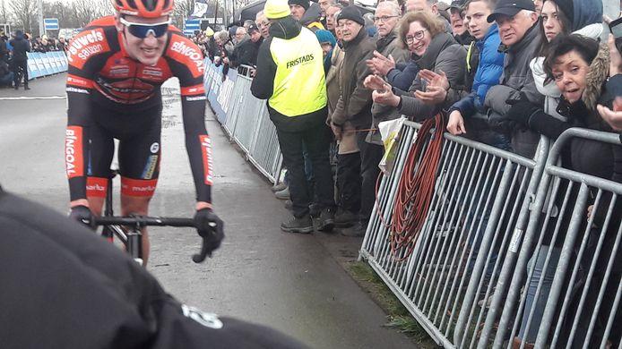 Met een brede grijns passeert Ryan Kamp als kampioen de streep in Rucphen.
