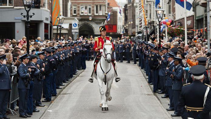 Benito loopt op Prinsjesdag 2011 met de rijtour op het Noordeinde