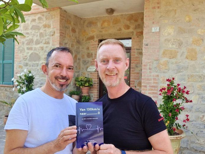 Filip en Jan met het boek 'Van 130 naar…0 kilometer per uur in één cruciale seconde' bij hun B&B in het Italiaanse Umbrië.