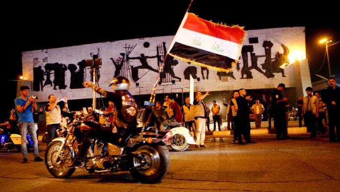 Inwoners van Fallujah vieren de komst van de Iraakse troepen.