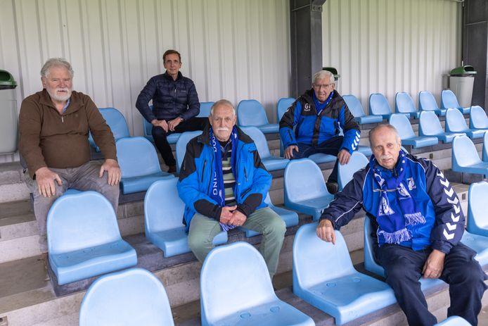 De redactie van het jublileumboek van GVA op de tribune van sportpark De Vijzel in Doornenburg.