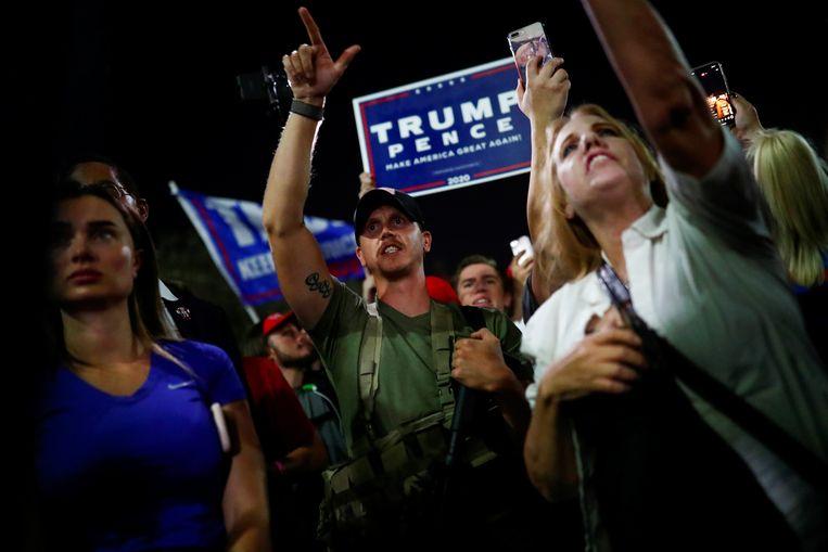 Aanhangers van Donald Trump demonstreren tegen de eerste uitslagen die binnenkomen na het sluiten van de stembureau's op 3 november. Beeld REUTERS