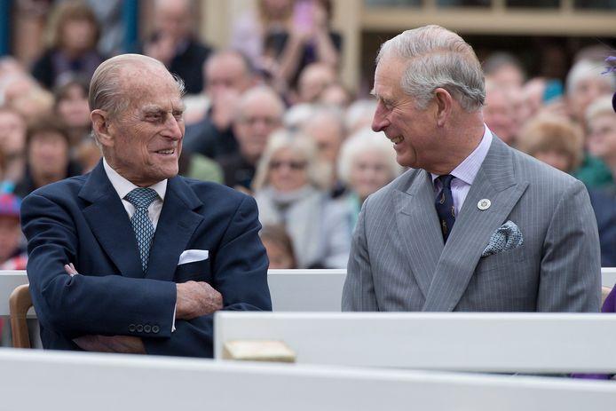 Prins Philip (l) en zijn zoon prins Charles.