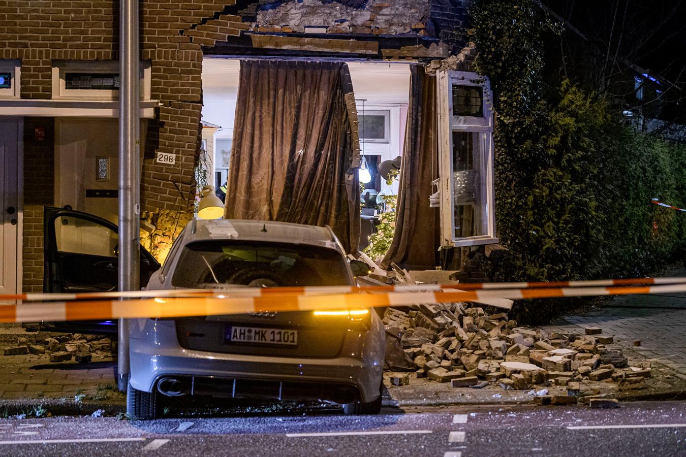 Met een Audi RS6 knalde een 18-jarige bestuurder eind 2020 tegen de gevel van een huis aan de Deurningerstraat in Enschede. De bewoners zitten nog altijd met de brokken.