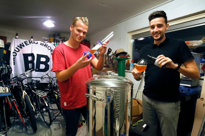 Een van de broers, Reinhart van der Borg (links) en marketingman Raul Jimenez Posada van Broeders. In de rubriek Biertje? bezoekt Anton Slotboom elke week een bierbrouwer in deze regio.