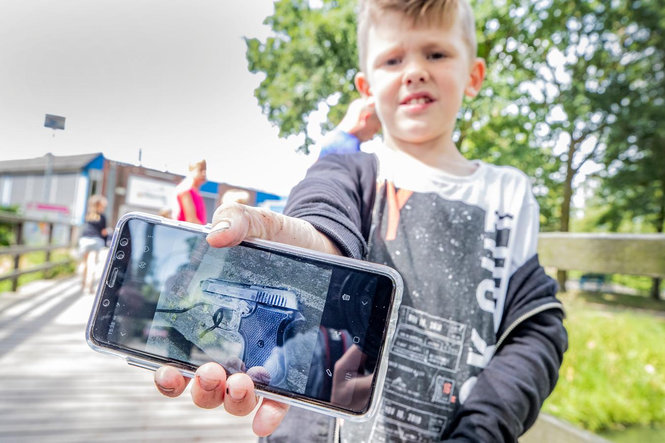 Puck (7) vond in Deventer een doorgeladen pistool met magneetvissen.