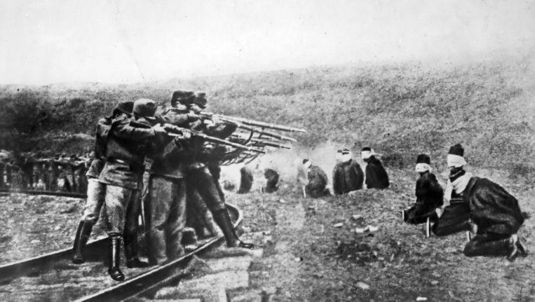 Honderd jaar later zijn de mythes over WOI de wereld nog niet uit (foto: Serviërs worden terechtgesteld door een Oostenrijks executiepeleton. Foto uit 1917.) Beeld Underwood & Underwood