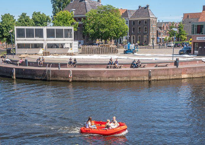 Het stadsstrand is in aanbouw. Vrijdagochtend komt het zand, maandag opent 'Playa Zwolle'. Maar door corona wordt het wel anders dan normaal.