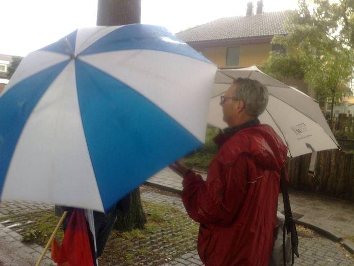 Ruud Kuin van de Abvakabo FNV schermt zich af met zijn paraplu als hij Gorrit Smit van Nu'91 (rechts) wil wegsturen tijdens de demonstratie in Borculo. Foto: De Gelderlander