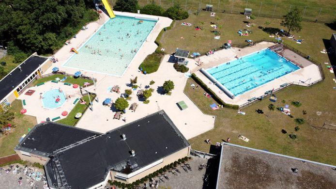 Openluchtzwembad Gerner in Dalfsen vorig jaar zomer, van bovenaf.