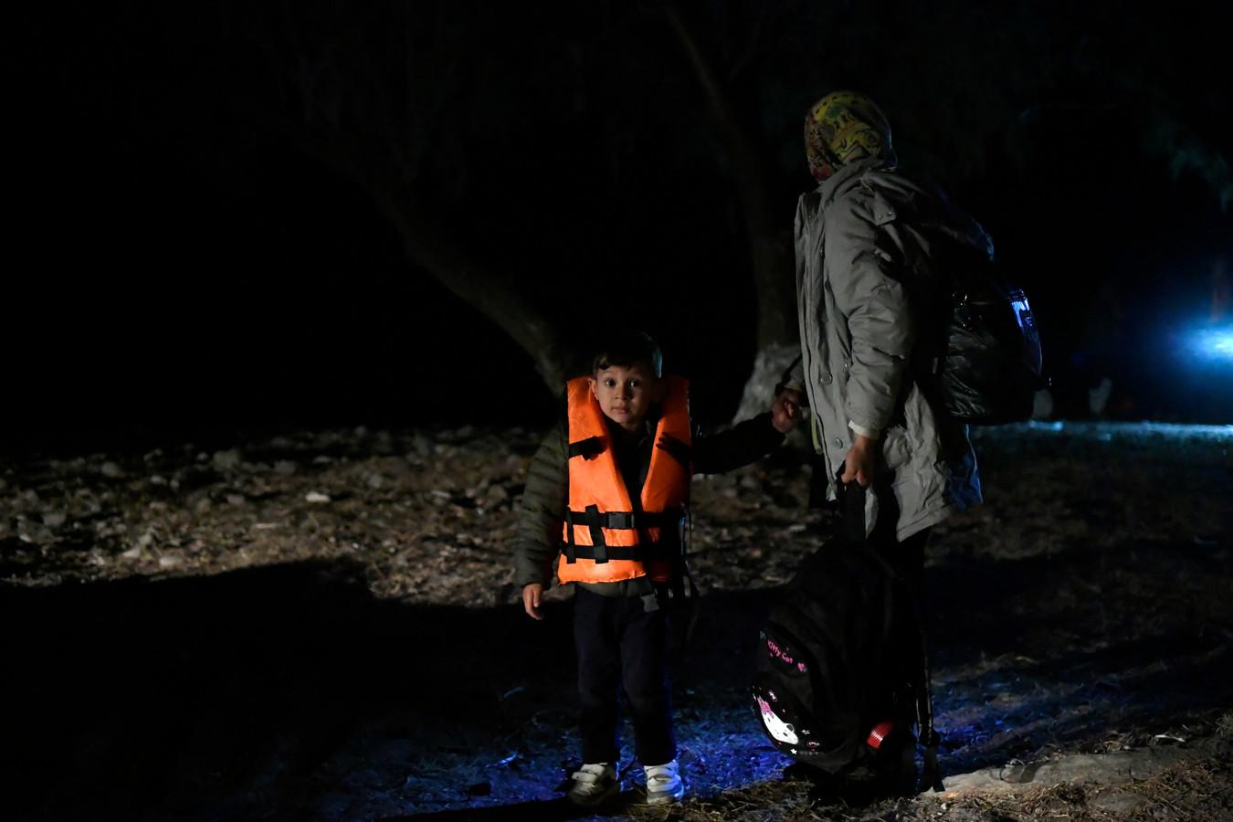 Een jongetje met zijn mama net na aankomst op het eiland Lesbos met een bootje afgelopen nacht.