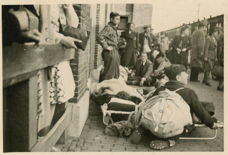 Wachtenden op het perron van Vught, op 23 mei 1943. Beeld Nationaal Monument Kamp Vught