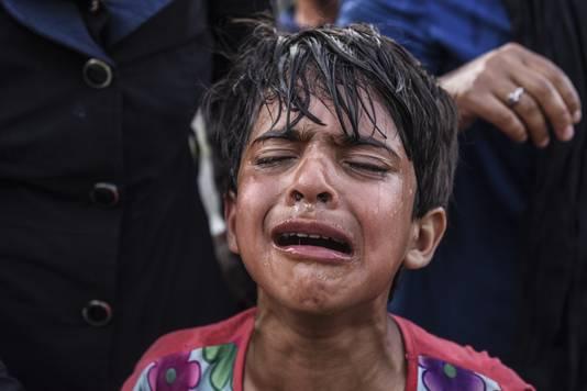 Een kind in tranen na te zijn bestookt met een traangasgranaat.
