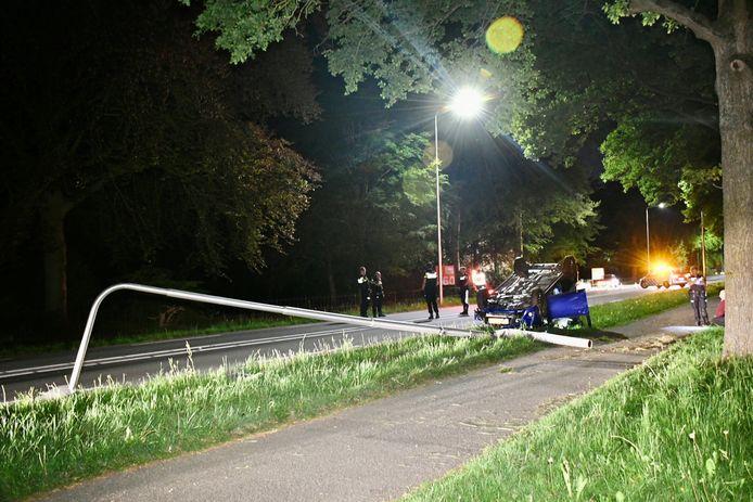 Ook de lantaarnpaal kwam niet zonder kleerscheuren uit het ongeval.