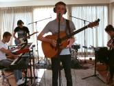 Enschedeër Chris (20) lanceert elke week een liedje vanuit een lege huiskamer