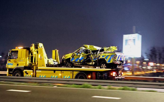 De auto van Rijkswaterstaat raakte zwaar beschadigd.