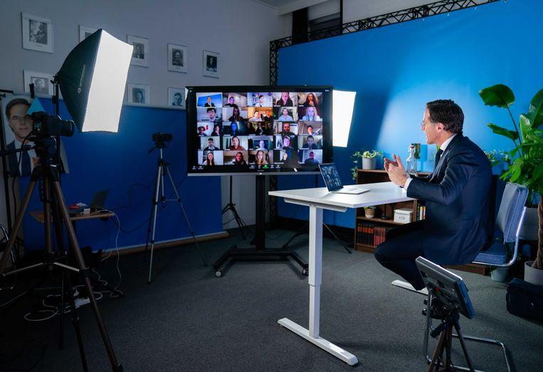 Demissionair premier Mark Rutte tijdens een online gesprek met studenten.  Beeld ANP