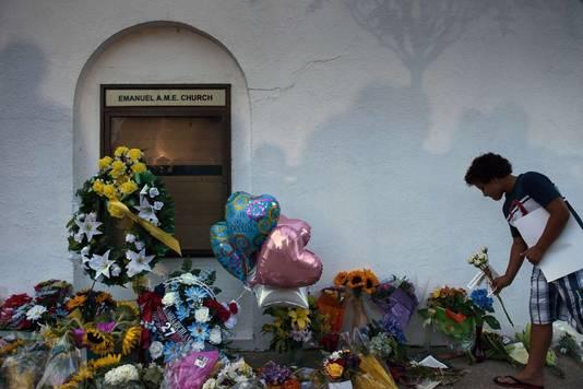 Bij de kerk worden bloemen neergelegd