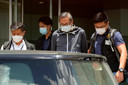 Agenten arresteren een van de directeuren, Cheung Kim-hung, bij het hoofdkantoor van de krant.