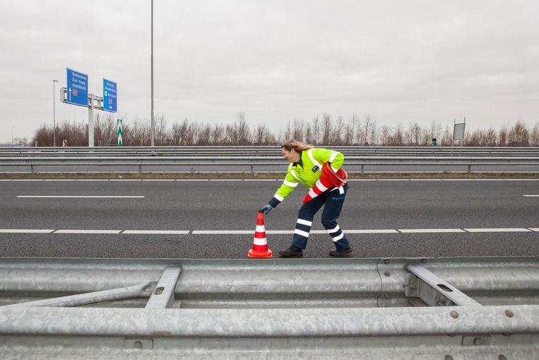 Als ze na het ongeluk hulpdiensten heeft gebeld, zet Mourik rood-witte pionnen op de rechterweghelft Beeld Julie Hrudova