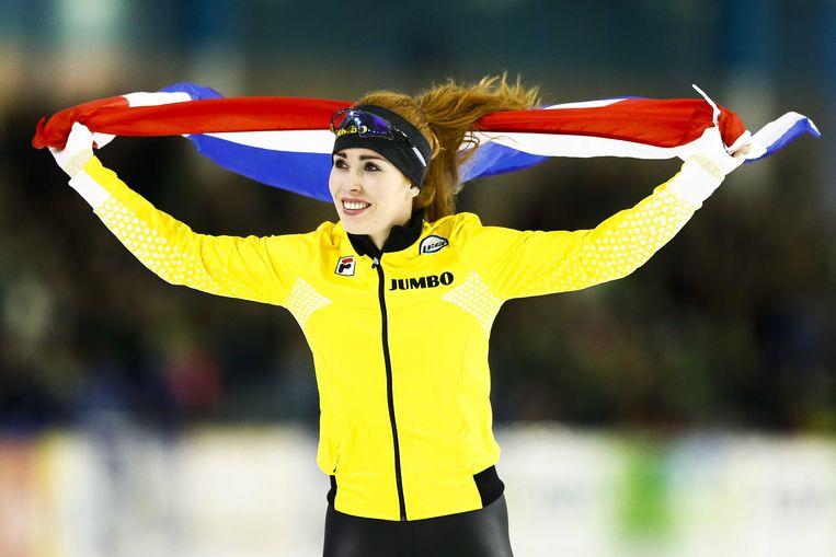 Antoinette de Jong juicht na het winnen van de 3000 meter tijdens het NK Afstanden in Thialf.  Beeld ANP