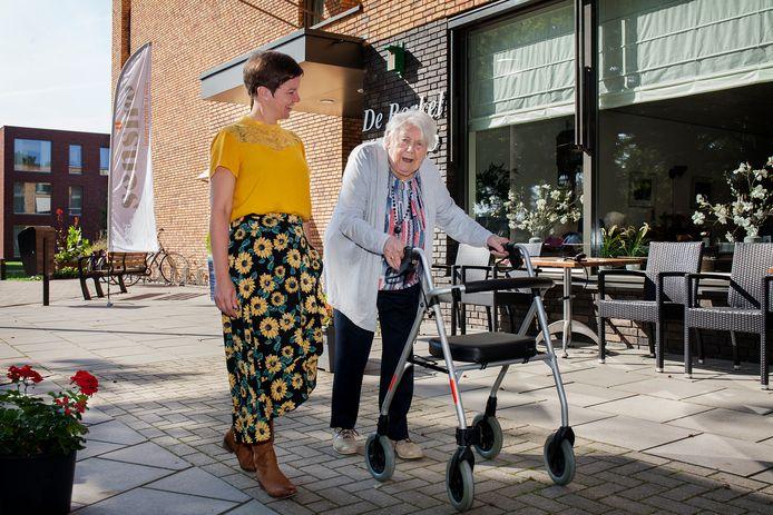 Activiteitenbegeleidster Emmy Scheurwater en mevrouw Valk, bewoonster De Borkel.