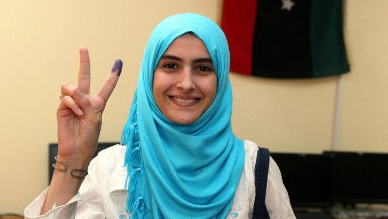 Een Libische vrouw laat zien dat ze zojuist heeft gestemd. Beeld epa