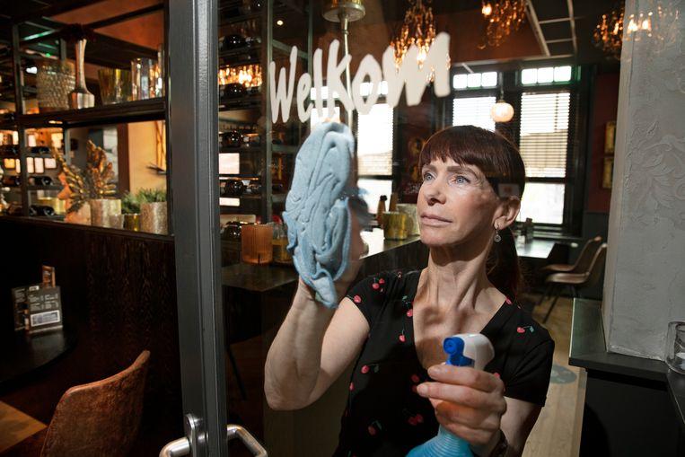Anita van Alphen (62) kreeg een baan als schoonmaker bij tapasrestaurant 't Zusje. Beeld Ton Toemen
