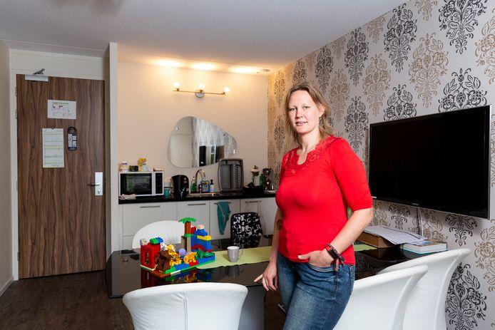 Noodgedwongen woont Inge van Hofwegen nu drie weken met haar drie kleine kinderen in een Zoetermeers hotel.