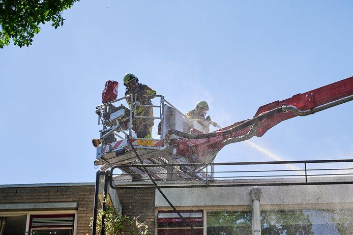 Bewoners van een appartementencomplex aan de Aardrijk in Breda moeten maandagmiddag rond 14.40 uur tijdelijk naar buiten vanwege een brand op het dak.