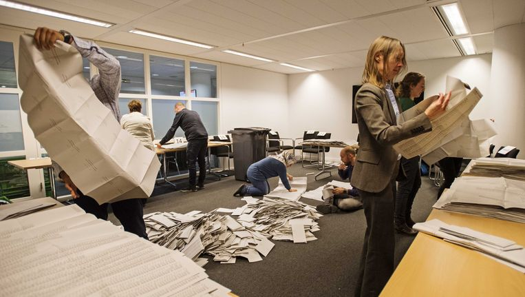 In het stadhuis van Den Haag worden na het sluiten van de stembureaus de stemmen geteld. Beeld anp