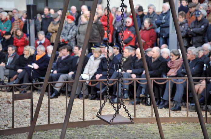 De herdenking van het bombardement op Nijmegen, hier bij een eerdere editie bij monument De schommel, is pas iets van de laatste decennia. Komende jaar moet er extra groots worden uitgepakt.