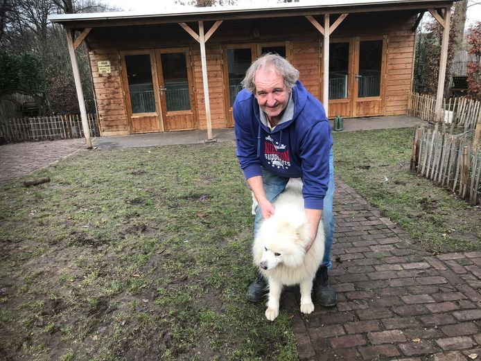 Boer Gerard van Dongen met een van zijn honden.