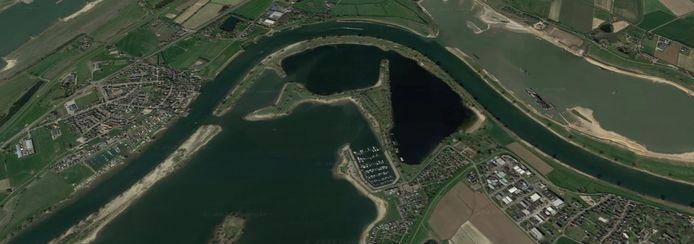 Rechts de zandwinplas Over de Maas, links, aan de andere kant van de bocht in de rivier ligt Heerewaarden. Hemelsbreed twee kilometer. Onderaan ligt recreatiegebied De Lithse Ham.