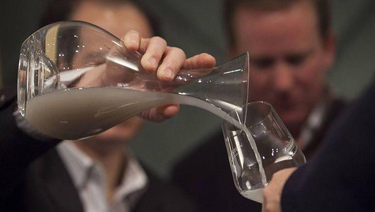 Een sommelier schenkt de 150 jaar oude wijn in Beeld reuters
