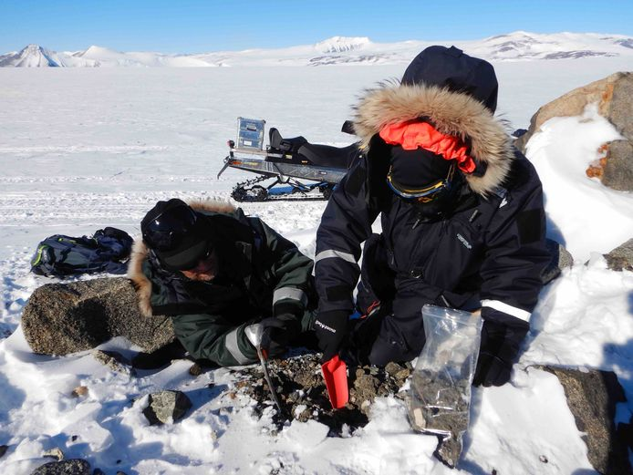 Matthias van Ginneken en de Zwitserse veldgids Raphael Mayoraz bij een plaats waar meerdere micrometeorieten werden gevonden.