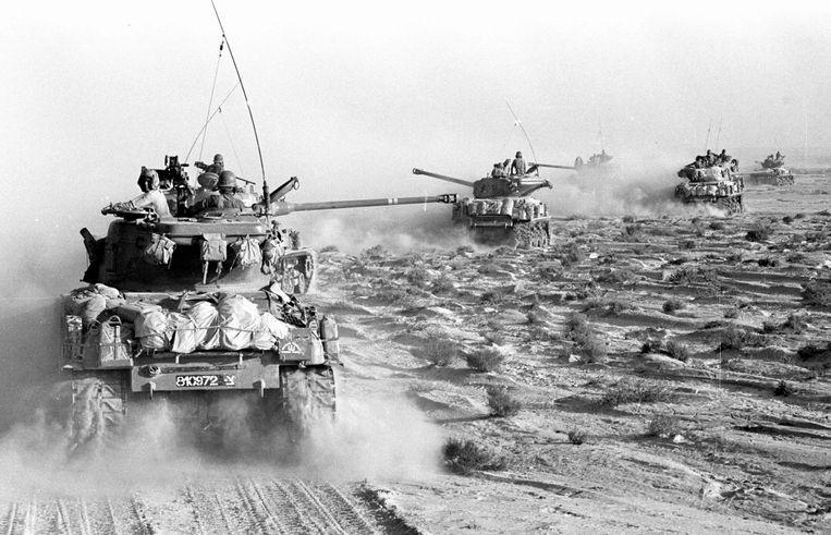 Israëlische tanks tijdens de zesdaagse oorlog in de Sinaï. Juni 4, 1967.  Beeld UIG via Getty Images