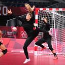 Tess Wester en Rinka Duijndam tijdens de training in de Yoyogi-sporthal, waar Oranje begint met een wedstrijd tegen gastland Japan.