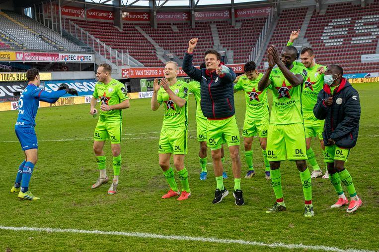 De spelers van Essevee zongen de afwezige fans toe na de zege. Beeld BELGA