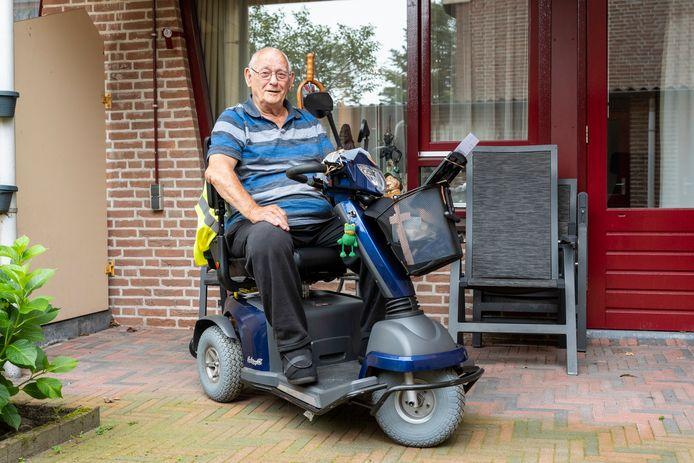 Simon Bomers op zijn scootmobiel waarmee hij de tocht door Etten-Leur en Rijsbergen gaat rijden.