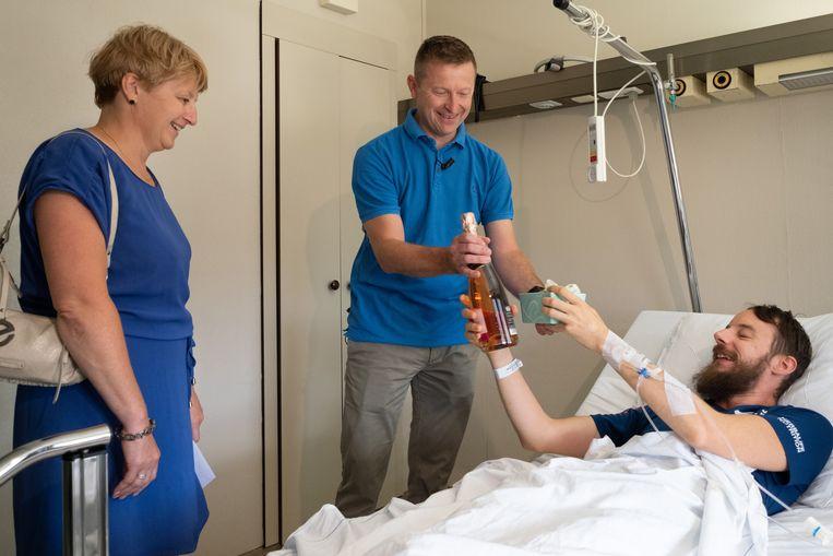 Anja en Guy kregen een fles cava en een doos pralines als bedanking.