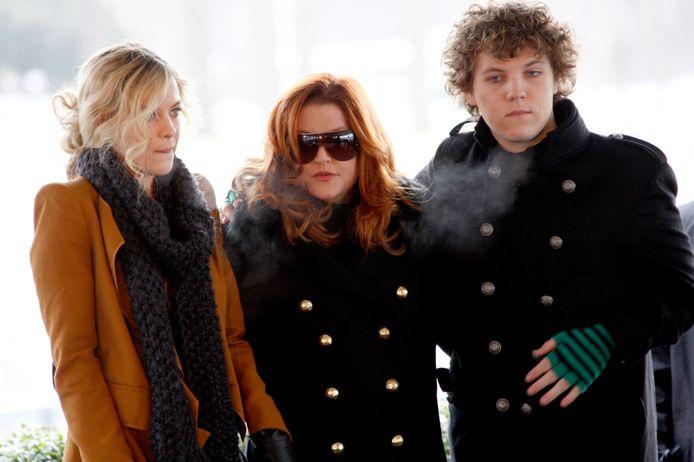 Benjamin Keough (rechts) in 2010 met zijn zus Riley (links ) en zijn moeder Lisa Marie (midden).