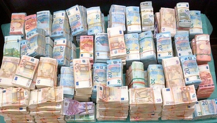 Met hulp van een speurhond werd 1,3 miljoen euro gevonden in een auto op de Borneolaan Beeld Politie