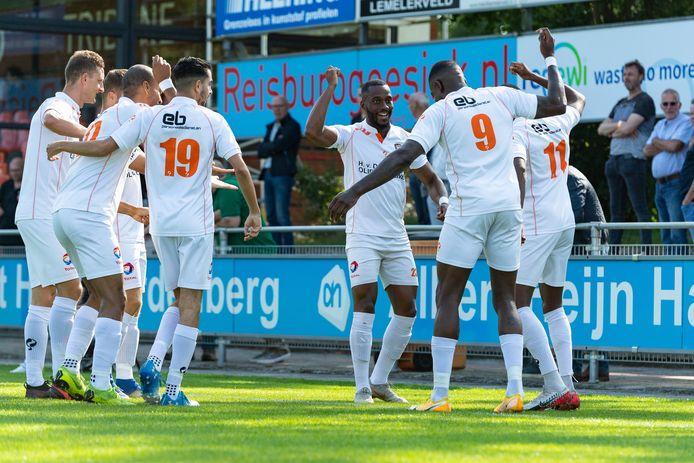 Spelers van TEC vieren een doelpunt van Junior Ebobo (9).