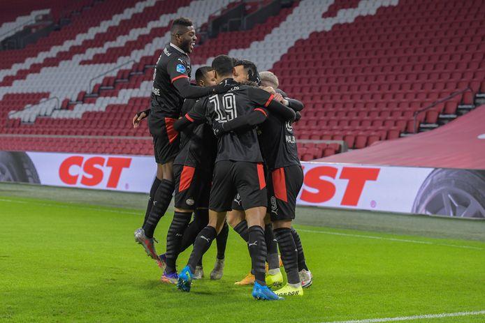Exact een maand na het treffen in de competitie komen PSV en Ajax elkaar weer tegen in Amsterdam.
